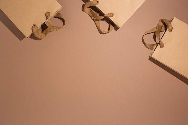 Emballages cadeaux kraft marron sur fond de carton marron. vue de dessus, mise à plat.