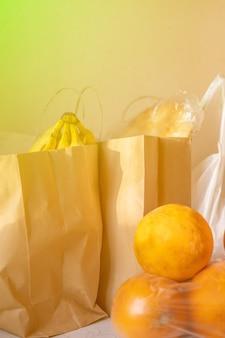 Emballages de sacs en papier et en plastique avec de la nourriture sur la table
