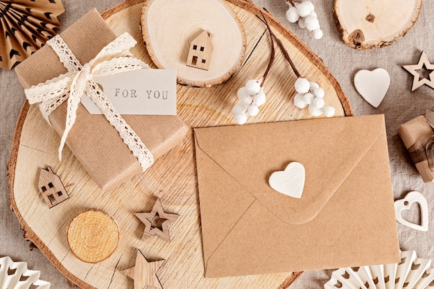 Emballer des cadeaux et créer des étiquettes et des ornements de noël écologiques dans des couleurs neutres. pas de plastique, concept de célébration de noël zéro déchet. vue de dessus, pose à plat