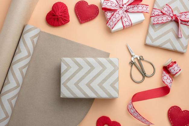 Emballer des cadeaux pour la saint-valentin avec des décorations faites à la main. composition vue de dessus.