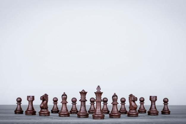 Emballer avec toutes les pièces d'échecs
