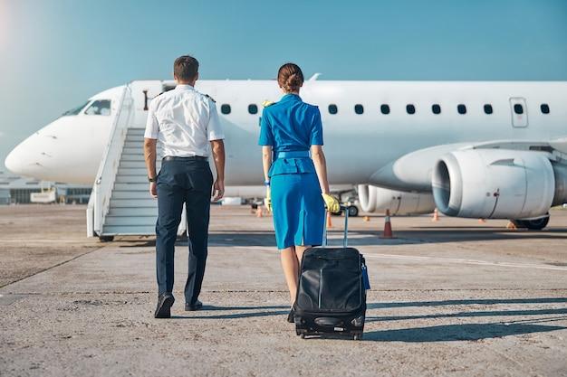 Embarquement du pilote et de l'hôtesse avant le voyage de travail