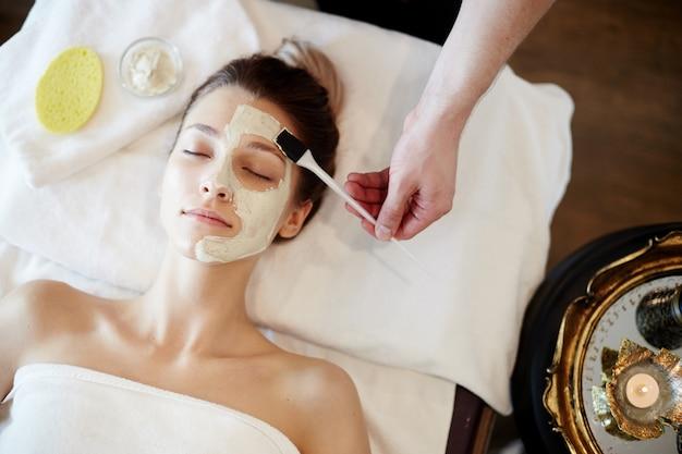 Embellir les soins de la peau dans le spa