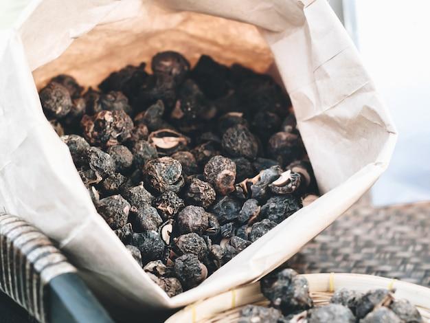 Emblica ou amla, emballés dans des sacs en papier vintage, est un ancien médicament pour le transit intestinal ou les problèmes d'indigestion. mise au point non sélective