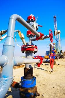 L'embouchure du puits de pétrole avec pompe électrique et vannes manuelles. sibérie.