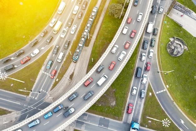 Embouteillages à un carrefour de la ville moderne. embouteillage dans la ville de wroclaw pologne