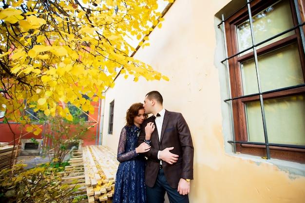 Embrasser couple près de buliding