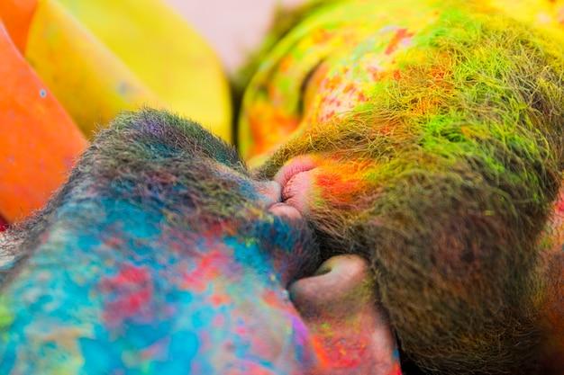 Embrasser les gays souillés en poudre holi