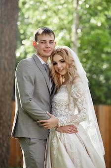 Embrasser les mariés, beau mariage dans la nature. aimer le jeune couple