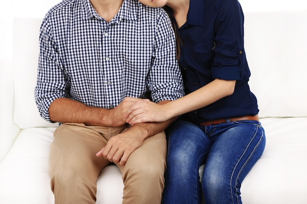 Embrassez un gros plan de couple aimant
