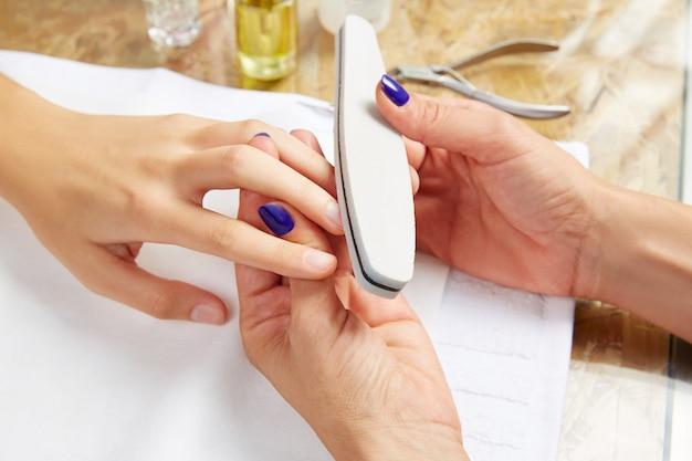 Émeri vernis papier de verre femme ongles salon