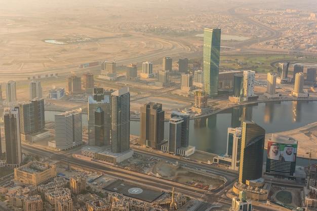 Émirats arabes unis, dubaï - 02 janvier: scène matinale du centre-ville de dubaï. vue de dessus d'en haut