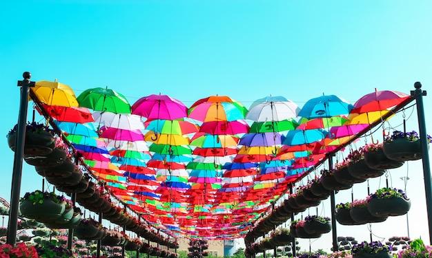 Émirats arabes unis, dubaï - novembre 2013: avenue de parapluies multicolores lumineux dans le miracle garden, dubaï