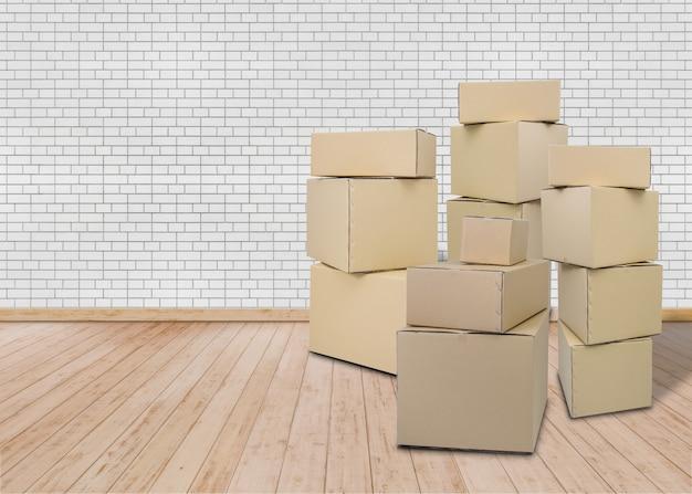 Emménager dans une nouvelle maison. salle vide avec des boîtes en carton