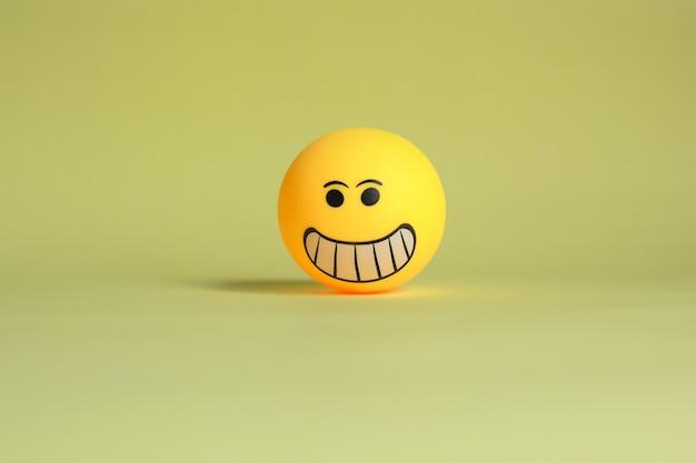 Émoticône smiley isolé sur fond jaune