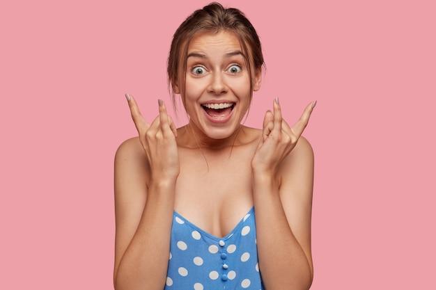 Émotif joyeux jeune femme de race blanche a un maquillage minimal