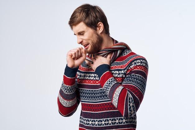 Émotionnel homme pull problèmes de santé mouchoir grippe infection fond isolé