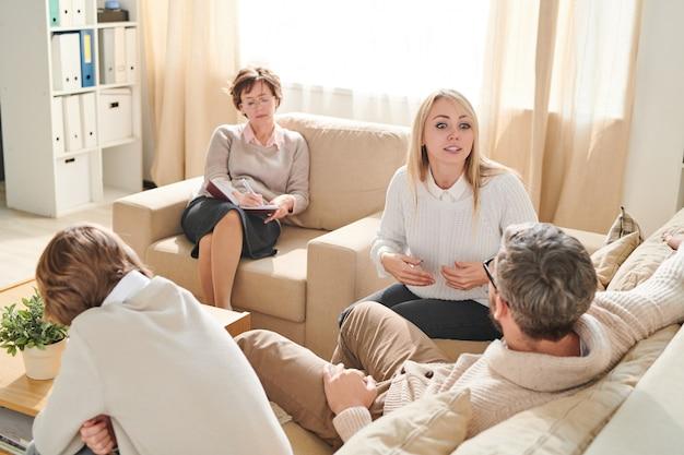 Émotionnelle femme exprimant sa rancune lors d'une séance de thérapie