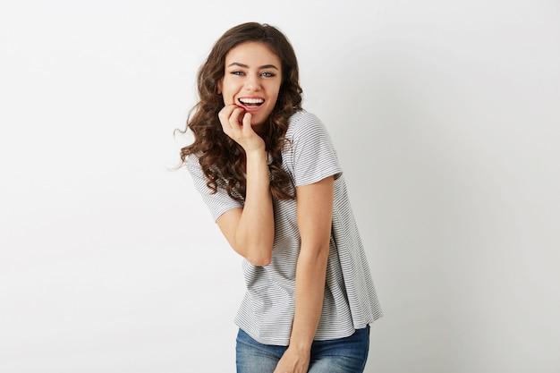 Émotionnelle positive jeune femme riant sincèrement, aspect naturel, souriant heureux, cheveux bouclés, expression du visage, posant isolé, style décontracté d'été, dents blanches, style hipster