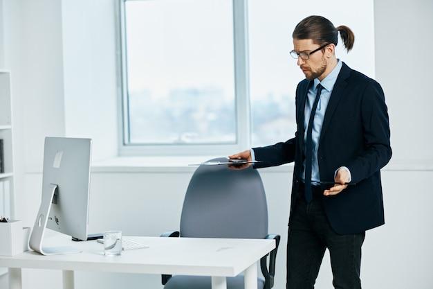 Les émotions du gestionnaire masculin travaillent la tête de documents sur le mode de vie