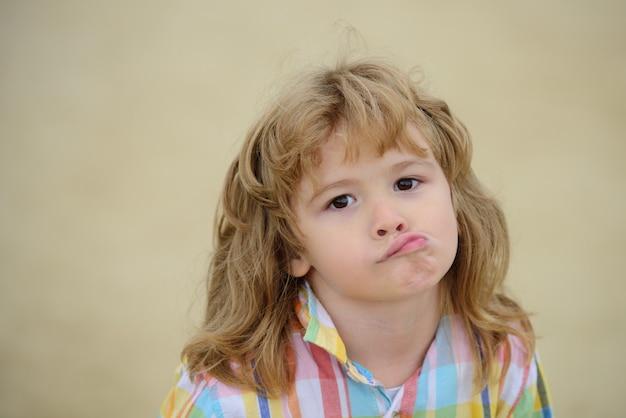 Émotions de l'enfant malheureux enfant confus enfance garçon drôle isolé