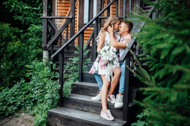 Des émotions franches. jeune couple embrassant près de la nouvelle maison et célébrant le jour de leur mariage.