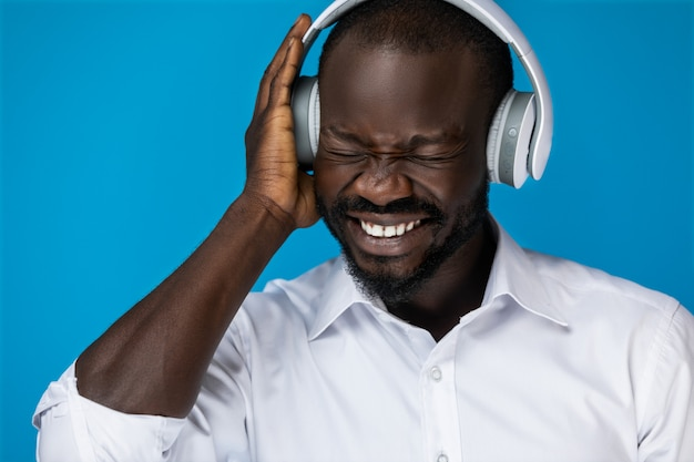 Les émotions de l'homme en écoutant de la musique