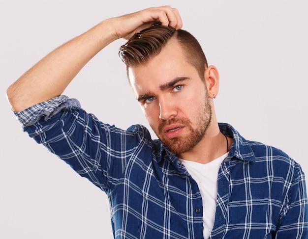 Émotions. jeune homme en chemise bleue