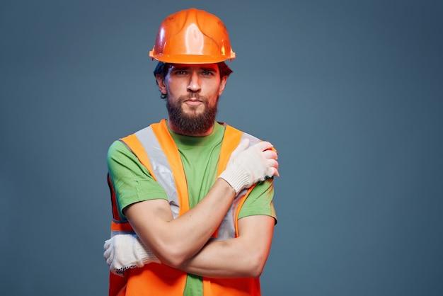 Émotions professionnelles de profession dure d'homme barbu
