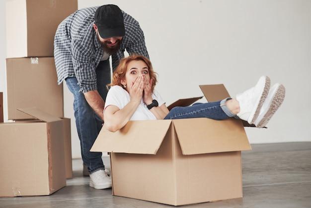 Émotions sincères. heureux couple ensemble dans leur nouvelle maison. conception du déménagement