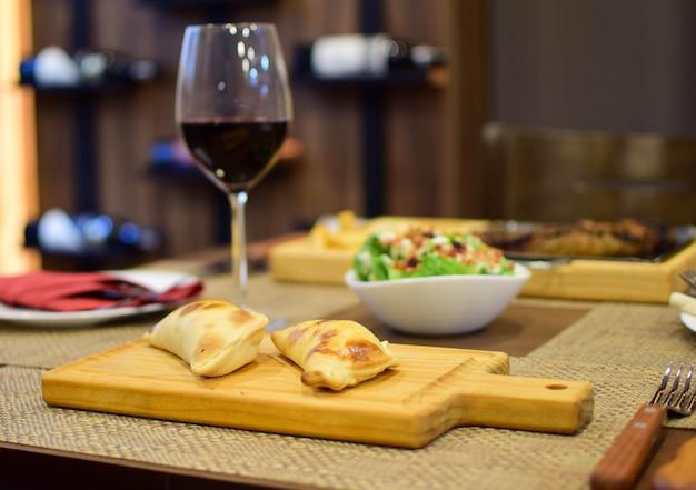 Empanadas argentines avec verre de bois de vin et salade
