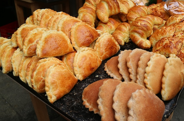 Empanadas et croissants dans la boulangerie du centre-ville de la paz, en bolivie