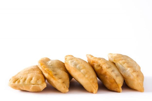 Empanadas espagnoles typiques sur blanc