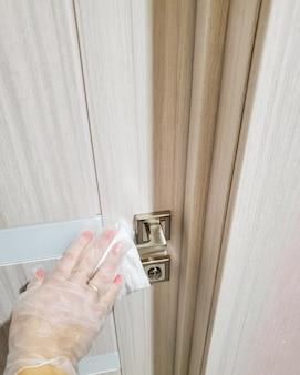 Empêcher la propagation de l'infection à coronavirus, désinfecter les poignées de porte, les poignées de fenêtre, les poignées d'armoire et l'interphone des parties communes