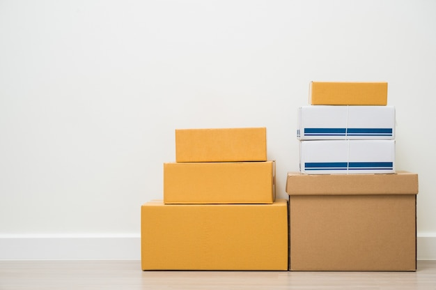 Empilage de carton de colis boîte maquette sur espace blanc blanc