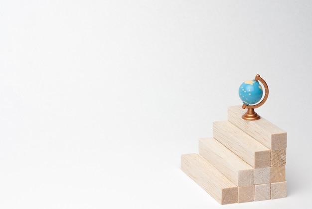 L'empilement de blocs de bois comme étapes pour réussir le summum de la connaissance sur blanc