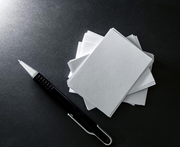 Empilement de la carte de visite blanche vide maquette