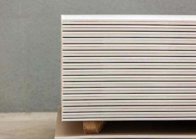 Empilement de panneaux de gypse blancs
