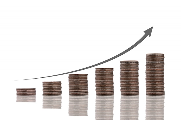 Empilement de pièces avec flèche d'augmentation virtuelle sur fond blanc. croissance de l'investissement des entreprises et concept d'augmentation des bénéfices.
