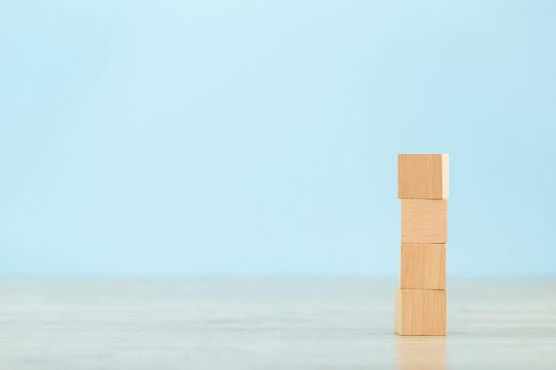 Empiler des blocs de bois en étapes, concept de réussite de la croissance des entreprises