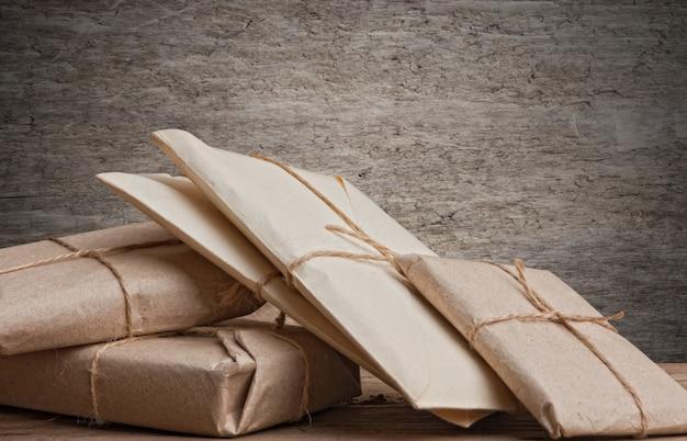 Empiler le colis enveloppé de papier kraft brun et attaché avec de la ficelle