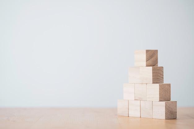 Empiler des cubes en bois vierges sur table avec espace de copie pour le texte d'entrée et l'icône infographique