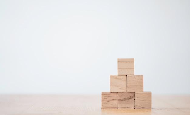 Empiler des cubes en bois vierges sur table avec espace de copie.