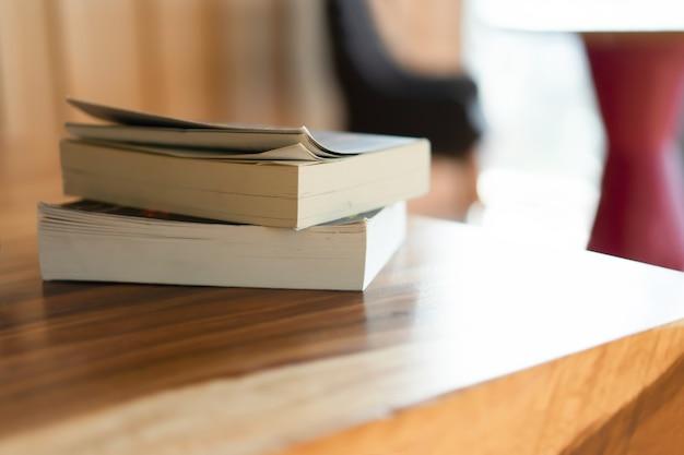 Empiler des livres sur une table en bois