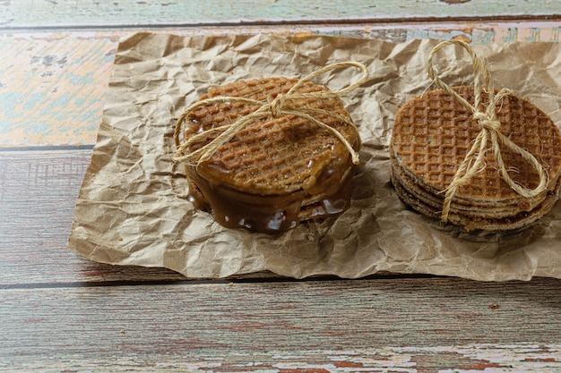 Empiler des paires de stroopwafel sur un papier brun.