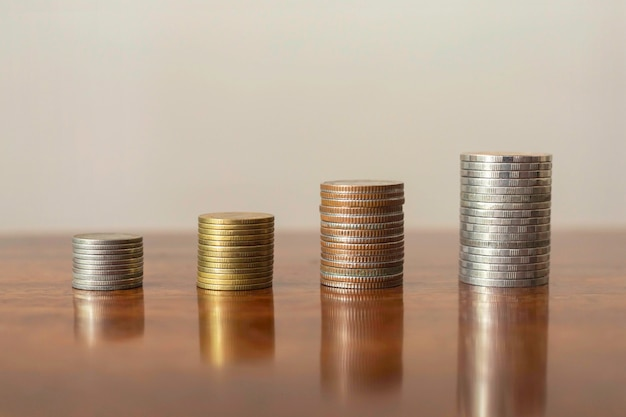 Empilez les pièces par étapes. concept de croissance d'entreprise