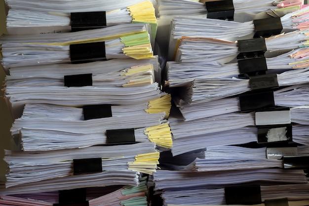 Empilez le rythme du fichier de documents sur le cabinet en fonction.