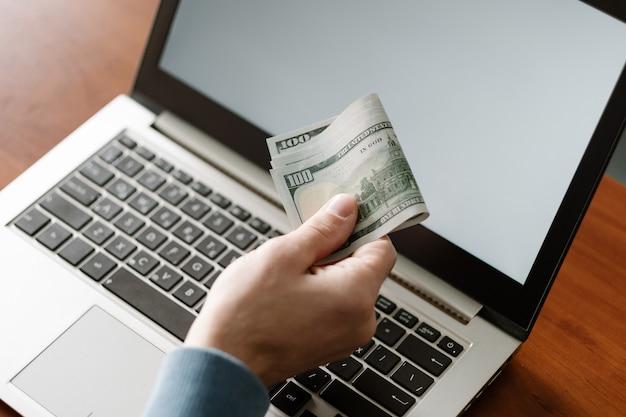 Emploi non déclaré homme recevant son salaire en ligne travail illégal en dehors des livres