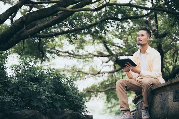 Emploi de rêve en ligne pour un travail indépendant sur ordinateur portable avec une vue magnifique. nomade numérique ou homme d'affaires voyageur travaillant via une connexion internet.