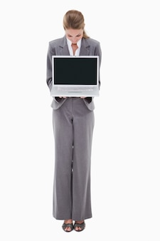 Employé de banque présentant son ordinateur portable